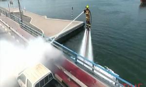 Lính cứu hỏa Dubai bay lượn như chim để dập lửa