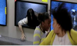 Clip troll: Quảng cáo TV siêu nét, ma nữ bò ra từ màn hình