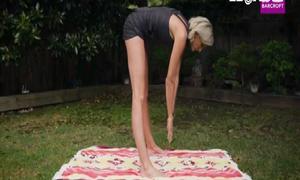 Cô người mẫu khổ sở vì chân dài 1,3m