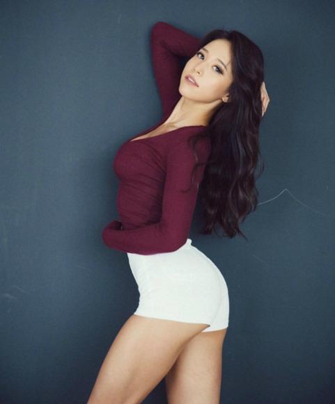 Với gương mặt đẹp, nụ cười ngọt ngào và thân hình săn chắc, quyến rũ với những đường cong và cơ bắp rõ rệt, Jun Min Ji đã được mời làm người mẫu cho nhiều chương trình thể hình cũng như những bộ ảnh thời trang nóng bỏng, quyến rũ.
