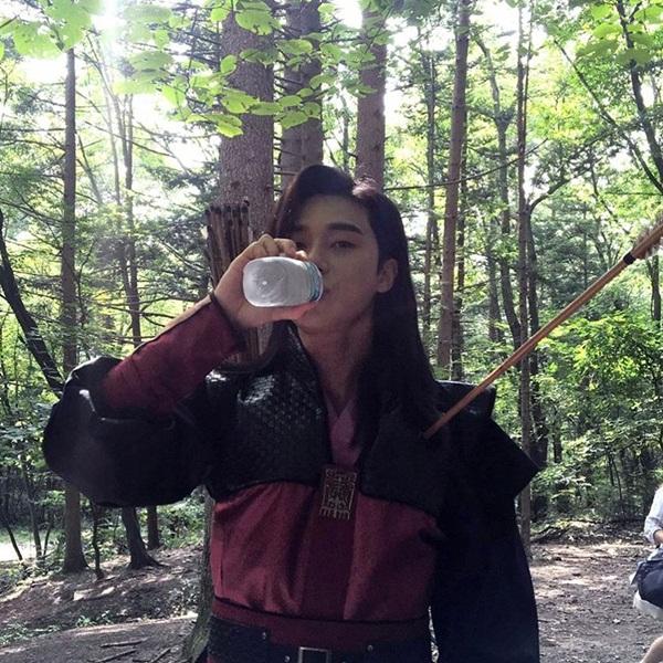 sao-han-25-1-g-dragon-buon-chan-ben-park-shin-hye-sulli-bi-chup-trom-tren-may-bay-3