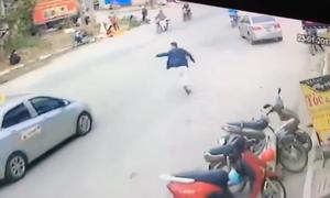 Không người lái, chiếc xe tự phi ra giữa đường