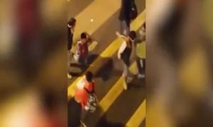 Bố phạt con quỳ đi qua đường vì nói dối