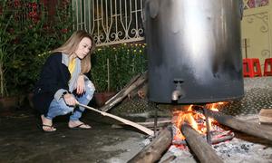 Mỹ Tâm thức đêm nấu 60 đòn bánh tét, 3 kg mứt cùng gia đình