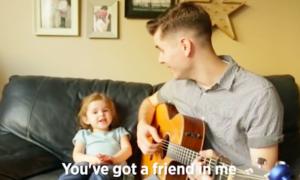 Bé 4 tuổi 'đốn tim' người xem khi hát cùng cha