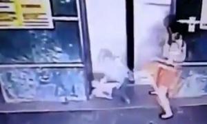 Mẹ đá con ngã ngửa tránh bị thang máy kẹp