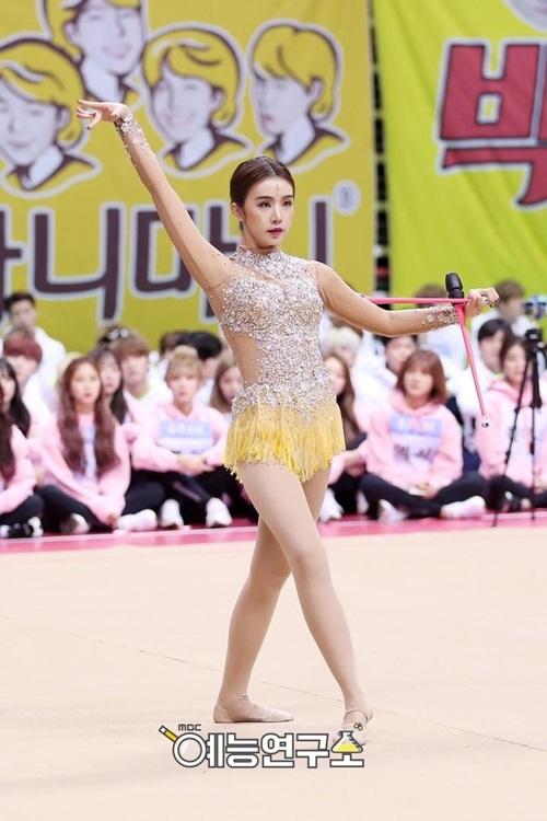 loat-idol-khoe-duong-cong-trong-trang-phuc-the-duc-dung-cu-9