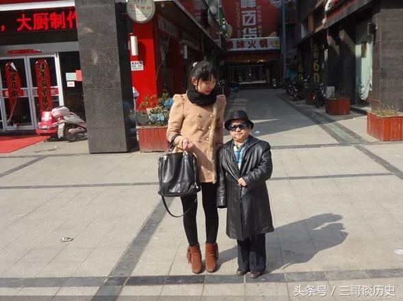 Nam diễn viên Trần Tam Mộc bên cạnh người vợ hiện tại.