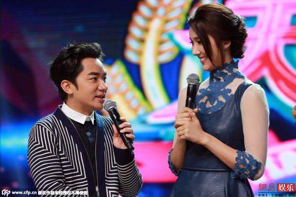 Vợ chồng Vương Tổ Lam tươi cười chia sẻ hạnh phúc trên truyền hình.
