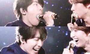 Những pha nhầm lẫn với mic khiến idol Kpop 'muốn tìm chỗ để chui'
