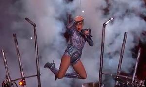 Màn biểu diễn siêu hoành tráng, đu lượn như 'người nhện' của Lady Gaga