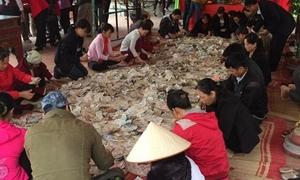 Hàng chục người mỏi tay ngồi đếm tiền lẻ tại đền