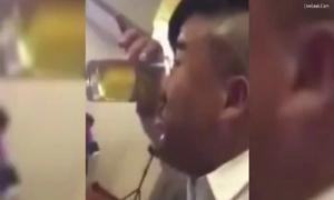 Chàng trai dùng mũi nốc cạn cốc bia trong 15 giây