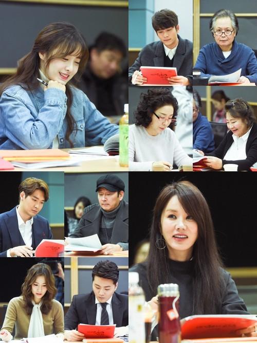 Hình ảnh nam diễn viên Tuổi thanh xuân trong buổi đọc kịch bản với các thành viên trong đoàn làm phim.