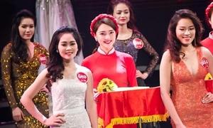 Nữ PG làm 'lu mờ' dàn thí sinh hoa khôi khi đứng chung sân khấu