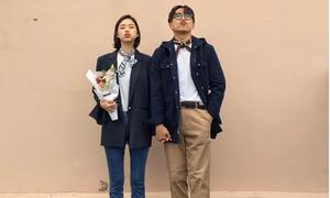 Có 2 người đứng thẳng, pose đi pose lại cũng thành loạt ảnh hot