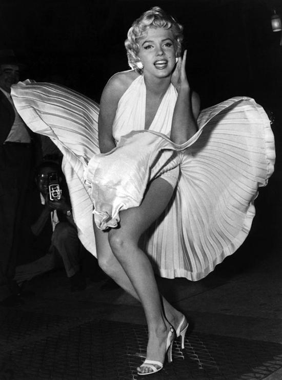 Có thể không nhiều người từng nghe thấy tên phimThe Seven Year Itch nhưng hầu như ai cũng đã nhìn thấy cảnh Marilyn giữ váy sexy.