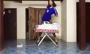 'Chân dài' ủi quần áo kiểu Kpop vừa sexy vừa bạo lực