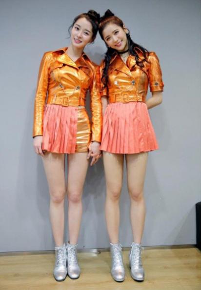2-idol-co-doi-chan-nuot-y-het-bup-be