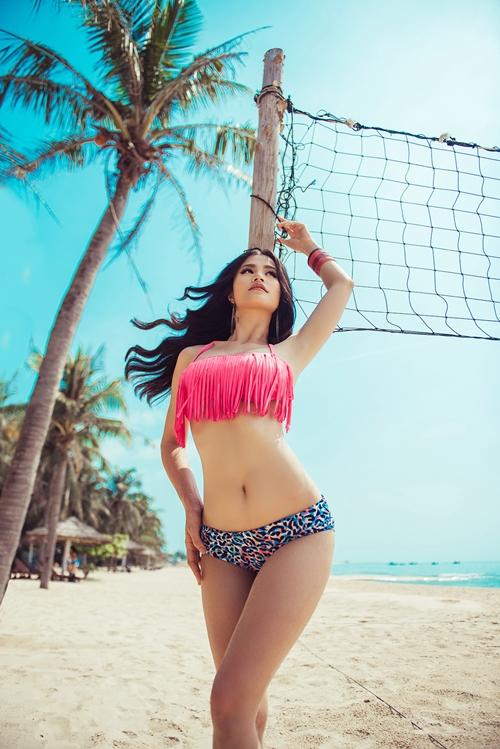 dong-nhi-lot-xac-180-do-khi-khoe-3-vong-nong-bong-voi-bikini