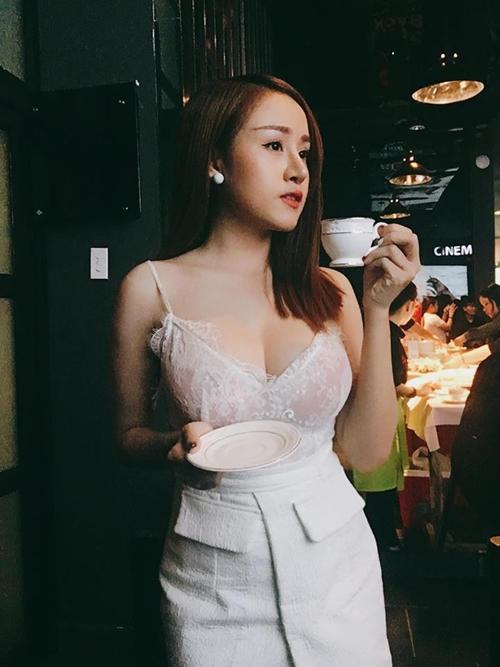sao-viet-19-2-ha-ho-nhan-qua-khung-hau-valentine-mac-hong-quan-khoe-con-trai-ro-mat-5