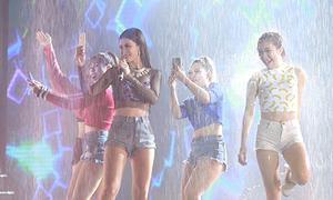 Đông Nhi khiến fan đã mắt với màn tắm mưa trên sân khấu