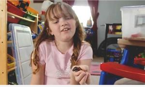 Cô bé 9 tuổi nuôi hàng nghìn con gián làm 'thú cưng'