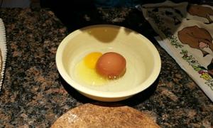 Đập trứng phát hiện quả trứng khác bên trong