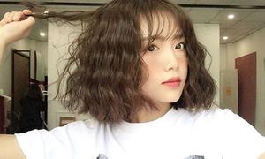 Mốt tóc ngắn xoăn bồng bềnh giúp con gái xinh như búp bê