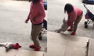 Người mẹ liên tục đá con vì cô bé không chịu nín khóc