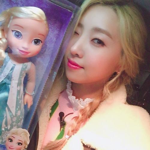 sao-han-1-3-soo-young-min-ho-giong-nhau-nhu-chi-em-sulli-xinh-tu-be-4