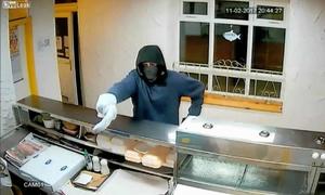 Cầm chuối bọc nylon lao vào cửa hàng cướp tiền