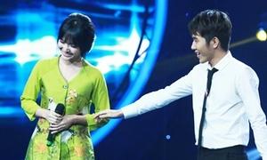 Jang Mi ngại ngùng khi bị 'bạn trai' nắm tay trên sân khấu