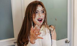 Sĩ Thanh hốt hoảng khi bạn trai úp bánh kem vào mặt