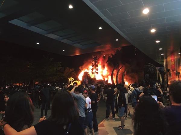 Sân khấu nơi tổ chức ra mắt phim Kong: Skull Island bất ngờ bốc cháy.