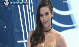 Người đẹp Brazil gây sửng sốt khi cất giọng hát
