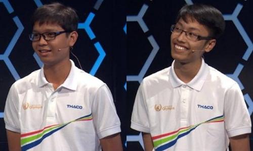 Phú Vinh (trái) vui vẻ chúc mừng và động viên Thanh Tùng (phải) sau sự cố ở Olympia.