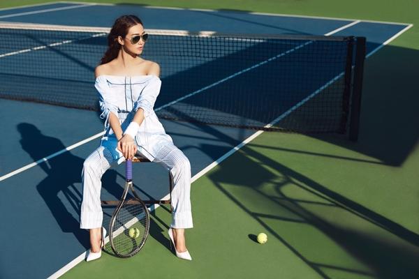 khanh-my-choi-troi-di-giay-cao-got-danh-tennis-3