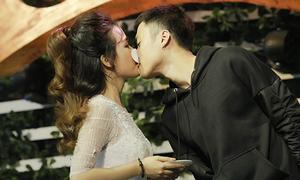 Trang Moon bối rối khi phải hôn bạn thân hot boy