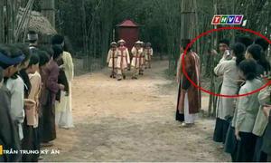 Phim cổ trang Việt gây cười vì diễn viên dùng smartphone