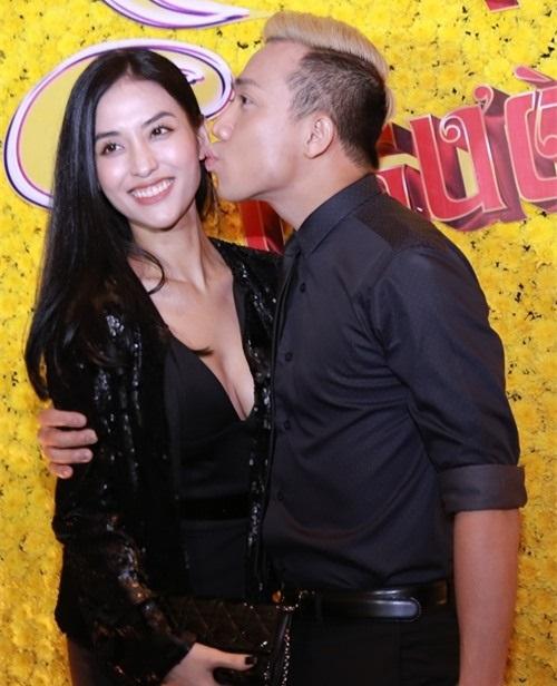 Trấn Thành dành tình cảm cho Mai Hồ tại một sự kiện bằng nụ hôn má dù đã chia tay nhau.