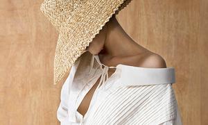 Lan Khuê đội mũ cói sùm sụp, mặc váy lưới mát mẻ