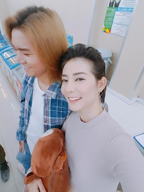 sao-viet-26-3-pham-huong-ha-vi-than-nhu-chi-em-huong-giang-khoe-chan-sieu-mau-2