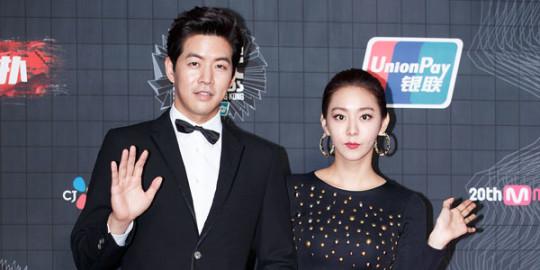 Hình ảnh cặp đôi tay trong tay tại một lễ trao giải trong thời gian còn hẹn họ.