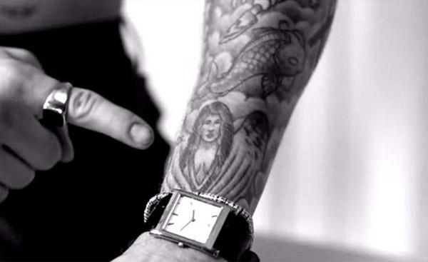 Justin chỉ vào hình xăm của mình và nói Đây là người yêu cũ của tôi. Các bạn có thấy thiên thần trên cánh tay Justin giống Selena không?