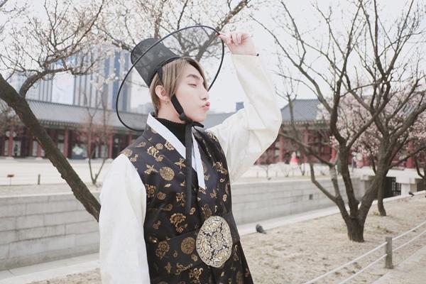 son-tung-khoe-ve-dien-trai-truoc-them-fan-meeting-o-han-quoc-3