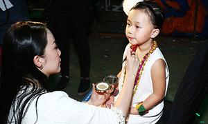 Linh Nga trang điểm cho con gái 4 tuổi lên sàn diễn