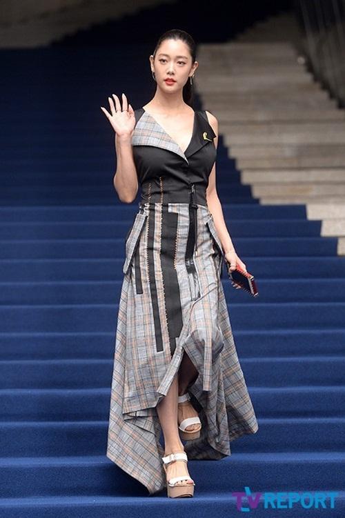 dan-sao-han-hao-hung-khoe-chan-ho-bao-o-seoul-fashion-week-11
