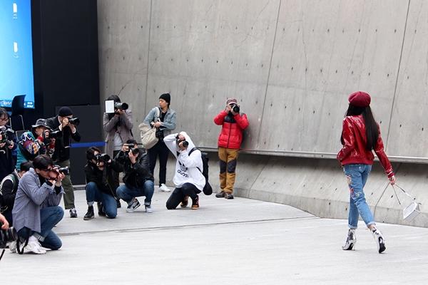 dan-sao-viet-duoc-san-don-khi-chao-san-o-seoul-fashion-week-8