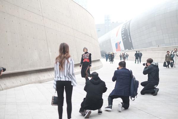dan-sao-viet-duoc-san-don-khi-chao-san-o-seoul-fashion-week-15